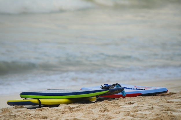 Grouping of 3 boogie boards on waimanalo beach in oahu, hawaii Premium Photo