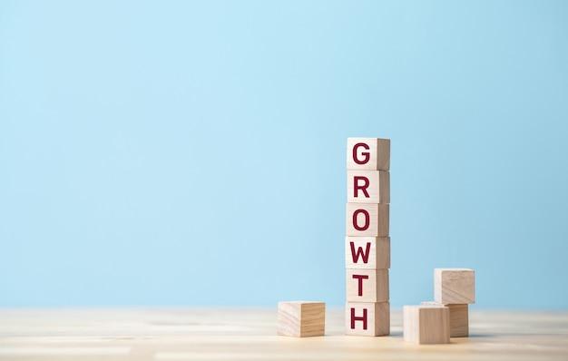 나무 블록에 텍스트가있는 성장과 성공 개념 프리미엄 사진