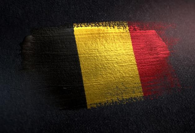 Grunge dark wallのメタリックブラシペイントで作られたベルギーの国旗 Premium写真