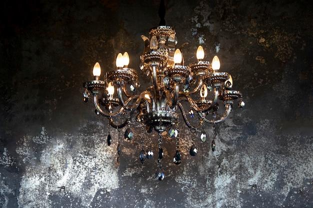 Старинный фонарь висят на металлической стене grunge Premium Фотографии