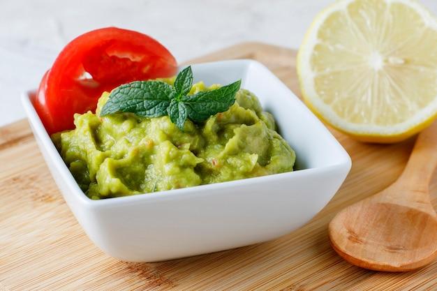 Соус гуакамоле с помидорами и лимоном Premium Фотографии