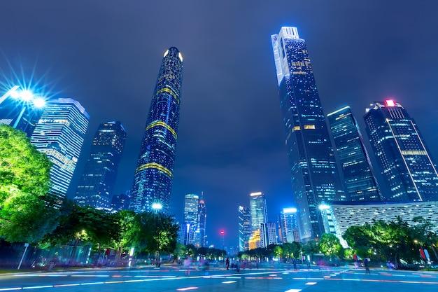 Городской пейзаж небоскребов гуанчжоу, освещенный вечером. гуанчжоу, южный китай. Premium Фотографии