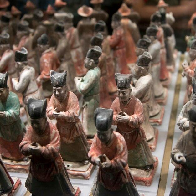 Охранник чешских фигур из керамики в музее истории шэньси, сиань, шэньси, китай. Premium Фотографии