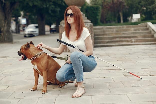 盲導犬が公園で盲目の女性を助ける 無料写真
