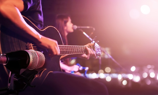 Гитарист на сцене для фона, мягкая и размытая концепция Premium Фотографии