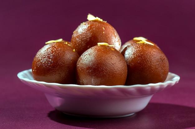 インドのデザート:白いボウルのgulab jamun Premium写真