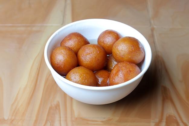 Gulab jamunインドの甘いボウル Premium写真