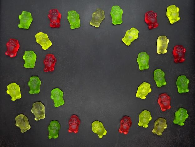 Gummy медведи в черном фоне с копией пространства Premium Фотографии