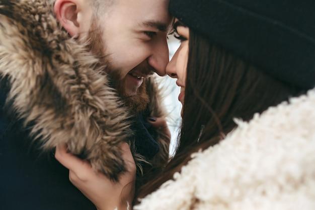 Парень и женщина в объятиях друг друга Бесплатные Фотографии