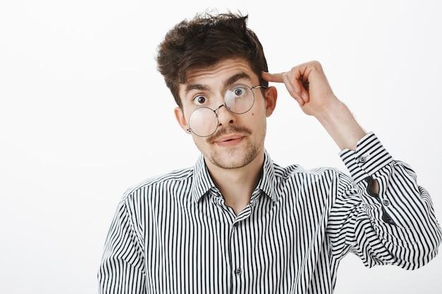 男は仕事の夜の後に気が狂います。ひげと口ひげを持つ疲れてストレスの多い厄介な男性モデルの肖像画 無料写真