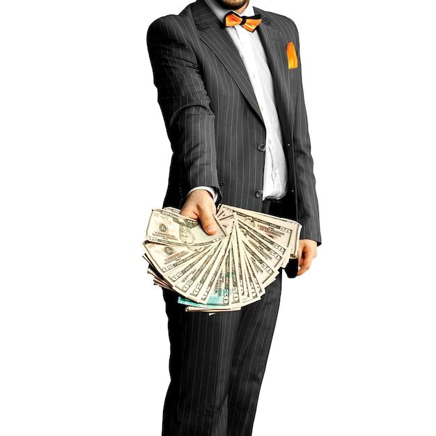 손에 많은 돈을 가진 우아한 정장에 남자. 비즈니스 컨셉 프리미엄 사진