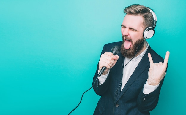 Guy is rocking out with headphones and a microphone Premium Photo