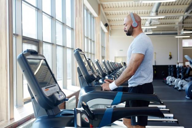 Guy on treadmill Free Photo