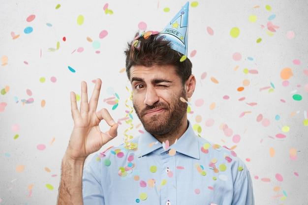 Ragazzo con cappello da festa e coriandoli Foto Gratuite
