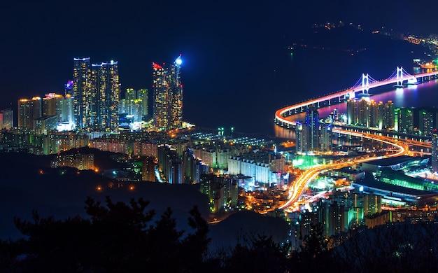 韓国、釜山の夜の広安大橋と海雲台 無料写真