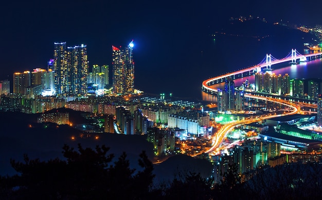 Gwangan bridge e haeundae di notte a busan, in corea Foto Gratuite