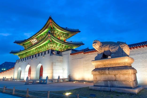 서울, 한국에서 밤에 경복궁. 무료 사진