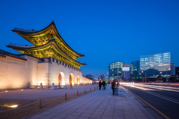 Gyeongbokgung palace, front of gwanghuamun gate in downtown seoul, south korea. name of the palace 'gyeongbokgung' Premium Photo