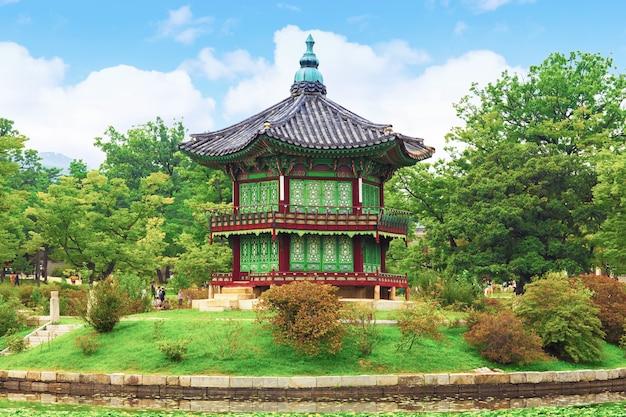 경복궁, 향원정, 봄 서울, 한국. 프리미엄 사진