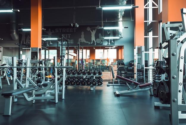 헬스 클럽의 체육관 장비 프리미엄 사진