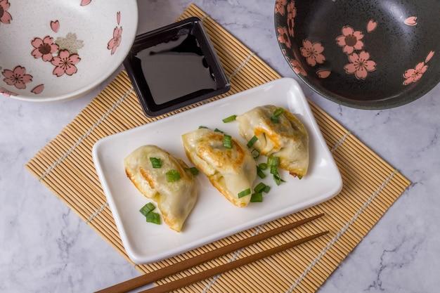 餃子は、パスタに牛肉、豚肉または野菜を詰めた伝統的なアジア料理です Premium写真