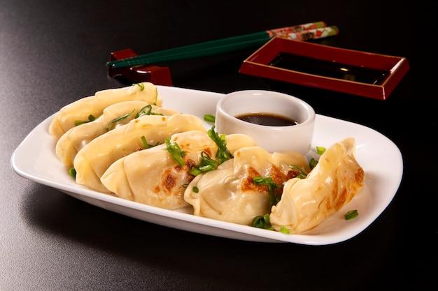 牛肉、牛肉、豚肉、または野菜を詰めた餃子またはパスタ。アジア料理 Premium写真