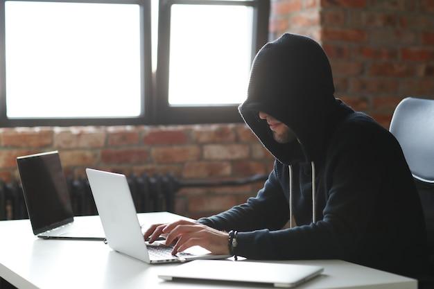 Uomo del pirata informatico sul computer portatile Foto Gratuite