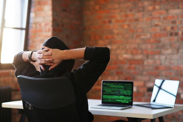 Hacker man di laptop Foto Gratis
