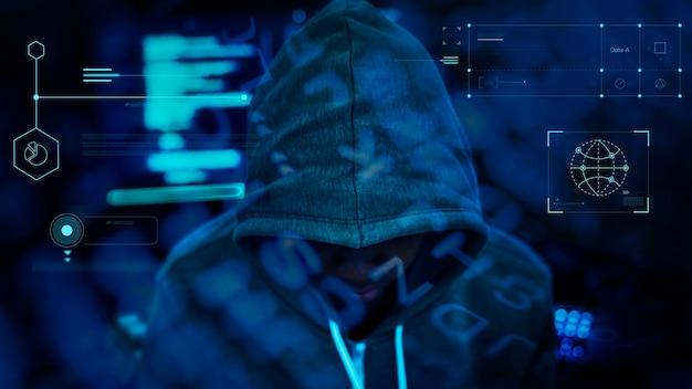 어둠 속에서 일하는 해커 무료 사진