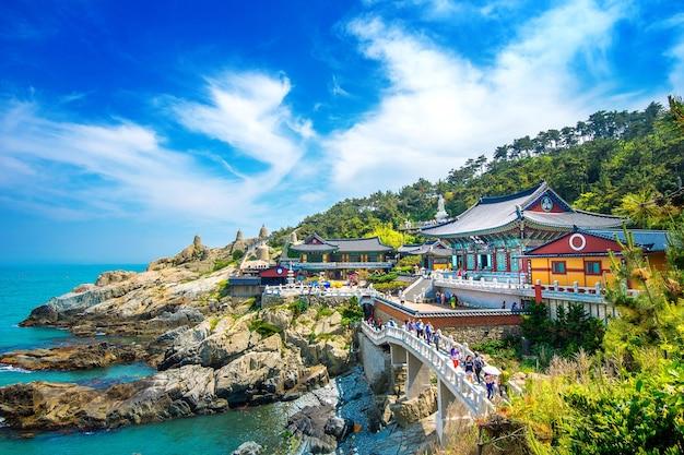 Храм хэдон ёнгунгса и море хэундэ в пусане, буддийский храм в пусане, южная корея Бесплатные Фотографии