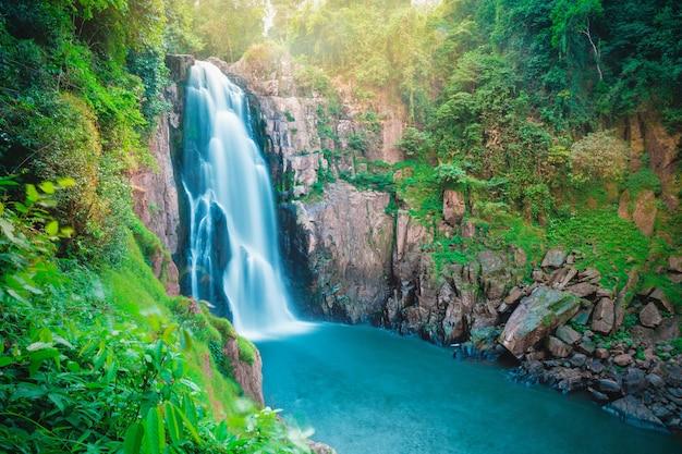 Haew narok滝、カオヤイ国立公園、タイの美しい素晴らしい森林の滝 Premium写真
