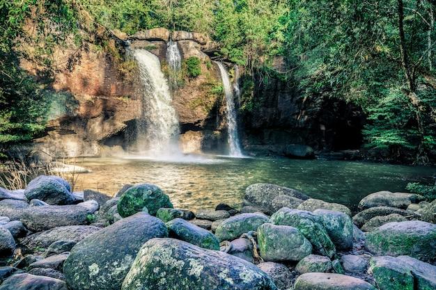 Haew suwat滝カオヤイ国立公園 Premium写真