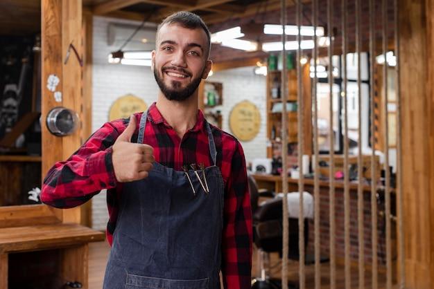 Haidresser показывает большой палец вверх знак Бесплатные Фотографии