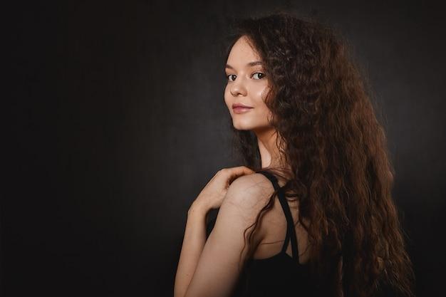 헤어 케어, 미용 및 패션 개념. 매력적인 미소와 긴 건강한 머리카락을 가진 놀라운 아름다운 젊은 갈색 머리 아가씨 무료 사진