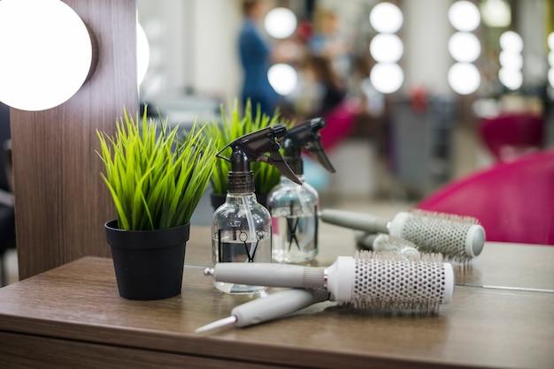 Инструменты парикмахерской на столе Premium Фотографии