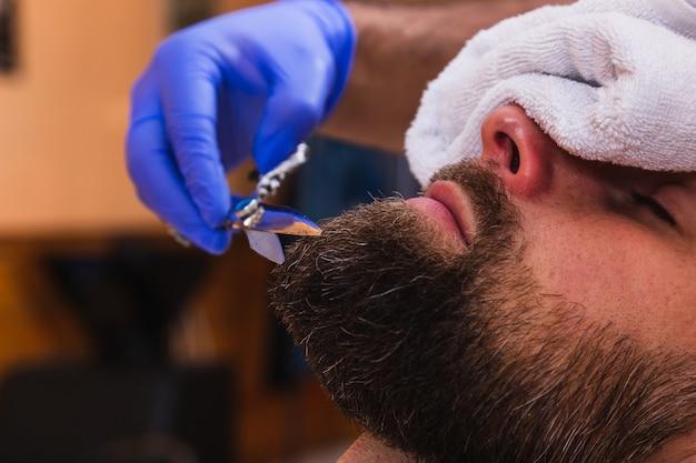 Стрижка из мужской бороды в парикмахерской Premium Фотографии