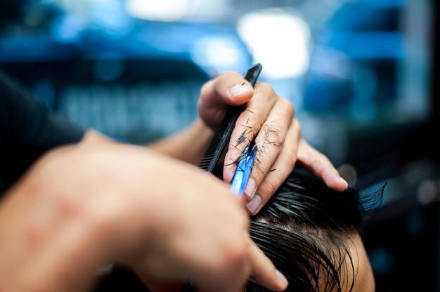 Стрижка с размытой рукой парикмахера Бесплатные Фотографии