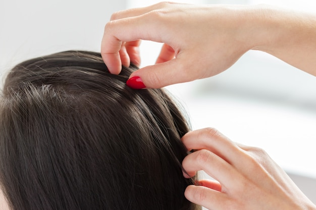 Hairdresser does hair style of woman Premium Photo