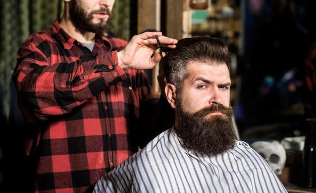Парикмахерская, парикмахерская. бородатый мужчина. ножницы парикмахерские, парикмахерская. Premium Фотографии