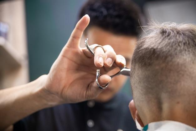 美容師は男の散髪になります。美容院のヘアスタイル Premium写真