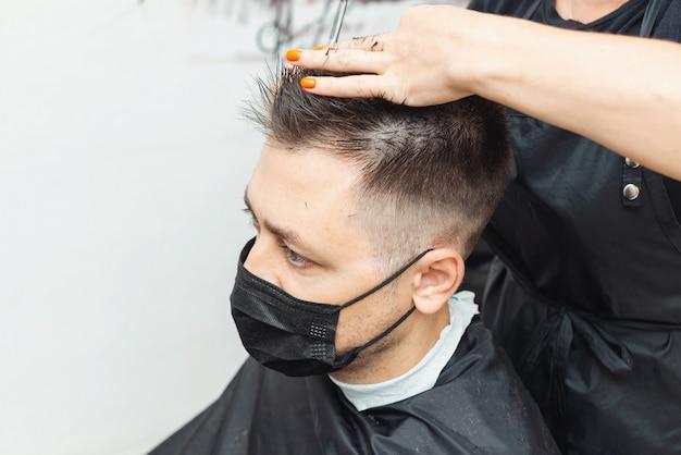 Hairdressers cutting hair during the coronavirus Premium Photo