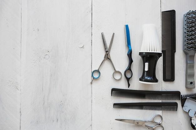 Парикмахерские инструменты на белом фоне Premium Фотографии