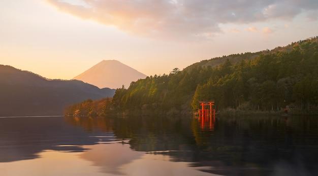 Hakone, который является частью национального парка fuji hakone izu Premium Фотографии