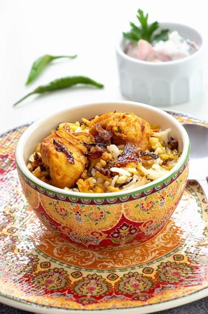 Индийская курица халяль biryani подается с йогуртом томатным раитой Premium Фотографии