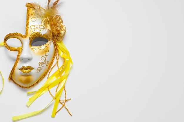 Half of face carnival golden mask and copy space Free Photo