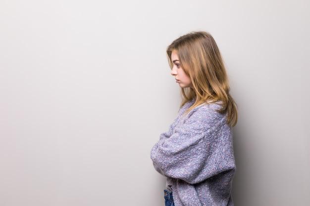 Vista laterale di profilo semi-affrontato fine sul ritratto del pensiero concentrato concentrato sicuro serio che riflette ragazza teenager graziosa isolata Foto Gratuite