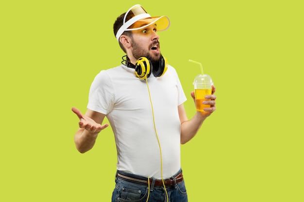 Поясной крупным планом портрет молодого человека в рубашке на желтом пространстве Бесплатные Фотографии