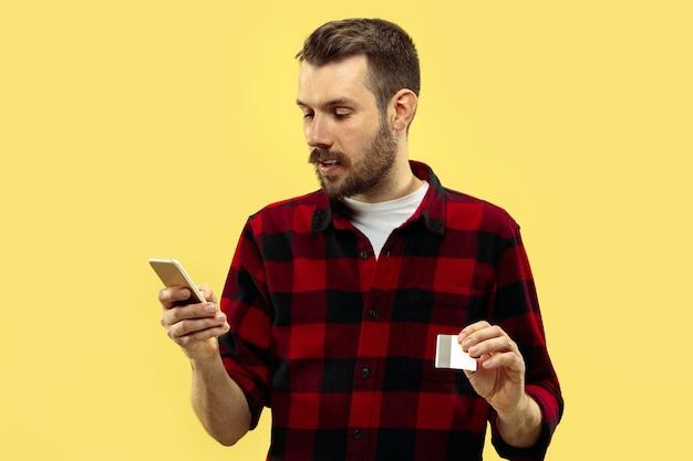 Поясной крупным планом портрет молодого человека в рубашке на желтом Бесплатные Фотографии