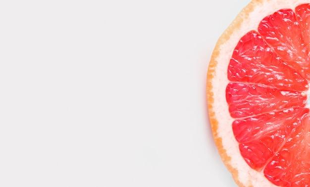 白い背景の上のグレープフルーツの半分 Premium写真
