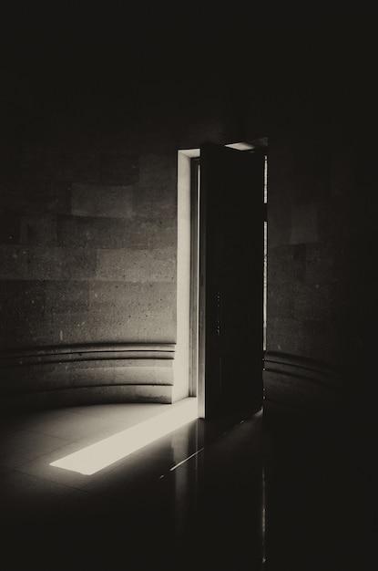 기독교 교회의 반 열린 나무로되는 문 무료 사진